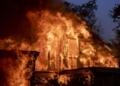 الرياح تغذي حرائق كاليفورنيا وتدمر قرابة 400 مبنى