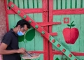فنان يعيد الحياة لمنازل مهجورة بصعيد مصر ويحولها إلى لوحات الفنية
