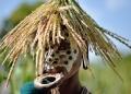 """امرأة من قبيلة """"سوري"""" يزينها قرص شفاه، في منطقة وادي أومو جنوب إثيوبيا"""