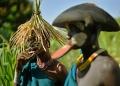 """نساء من قبيلة """"سوري"""" يزين وجوههن قرص شفاه، في منطقة وادي أومو جنوب إثيوبيا"""