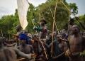 """رجال من قبيلة """"سوري"""" يحملون على أكتافهم فائزا في مسابقة """"دونغا"""" (قتال بالعصي) التقليدية في القبيلة، في منطقة وادي أومو جنوب إثيوبيا"""