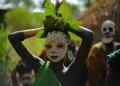 """فتاة شابة من قبيلة """"سوري"""" يزين وجهها رسومات بألوان قبيلتها التقليدية، في منطقة وادي أومو جنوب إثيوبيا"""