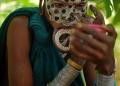 """امرأة من قبيلة """"سوري"""" لديها قرص شفاه وتقوم بتزيين وجهها بألوان قبيلتها التقليدية، في منطقة وادي أومو جنوب إثيوبيا"""