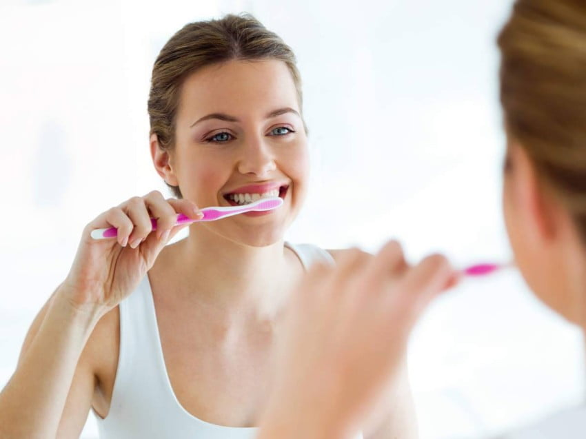 توقف عن فعلها فوراً.. لهذه الأسباب تجنب تنظيف أسنانك خلال الاستحمام